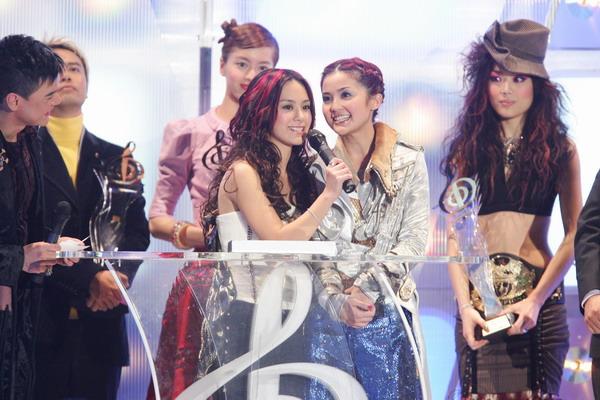 图文:TWINS获得全年最高销量歌手女歌手大奖