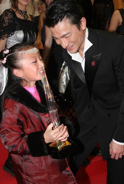 图文:刘德华的大奖愿意与小姑娘分享