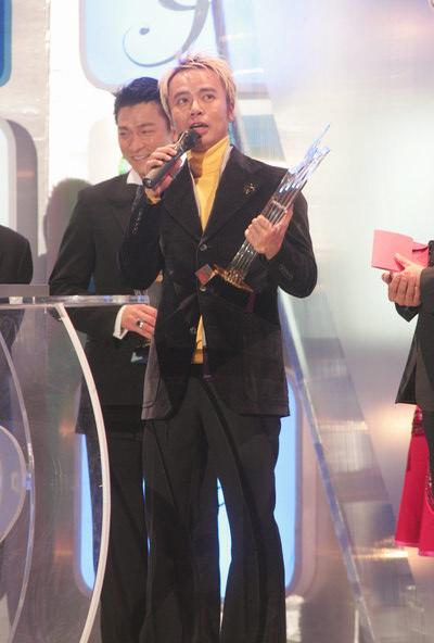 组图:李克勤刘德华领取全年销量歌手大奖