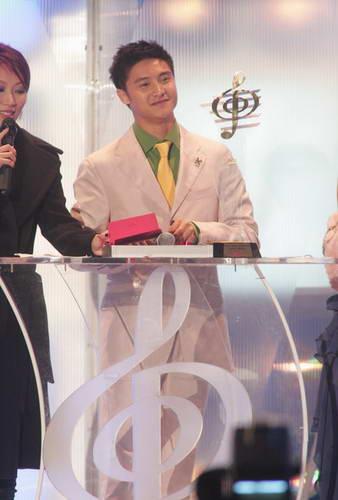 组图:田亮作为嘉宾上台颁奖