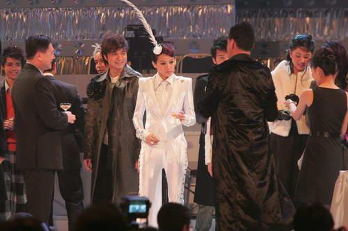 组图:颁奖晚会结束众歌手在台上与观众挥别