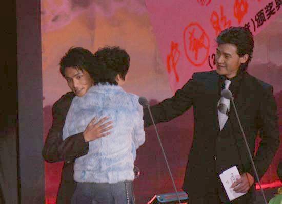 组图:陈坤走上颁奖台获得最佳新人奖