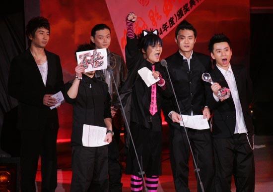 组图:花儿乐队获奖后打起横幅表示感谢