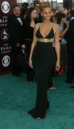 组图:Beyonce走上星光大道晚礼服造型似赫本