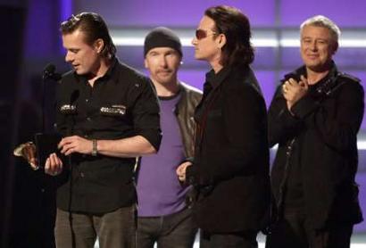 图文:U2成员一起上台领取最佳摇滚表演奖