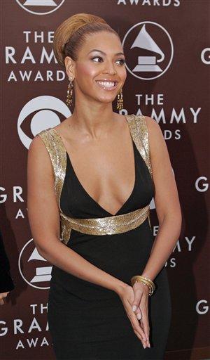 图文:Beyonce着低胸装出席格莱美颁奖典礼现场
