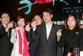 组图:张学友举杯祝贺《雪狼湖》登陆香港舞台