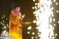 组图:许志安香港个唱继续上演安仔劲爆装亮相