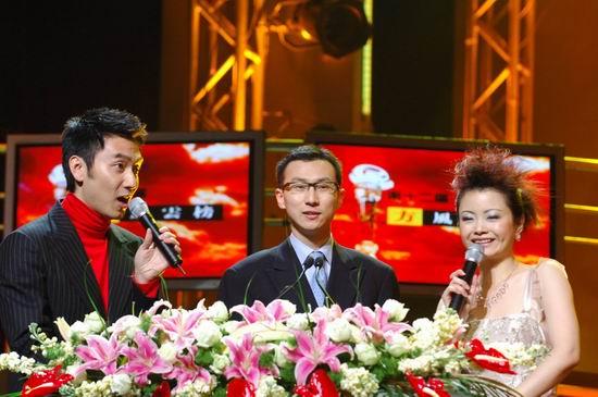 图文:新浪常务副总经理顾蒙特上台给5566颁奖