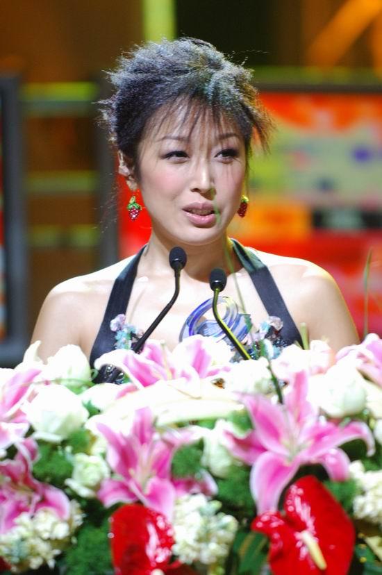 图文:孙悦香肩外露台上语出惊人要退出颁奖礼