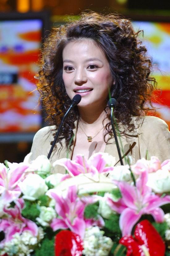 图文:赵薇第二次上台领奖称希望一直站在台上