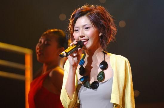 图文:孙燕姿项链好别致搭配黄衫很靓丽
