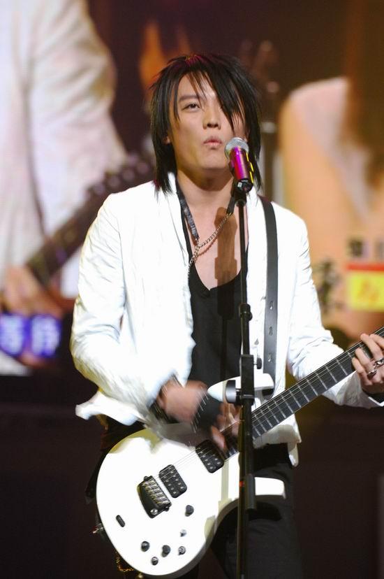 图文:飞儿乐队自弹吉他现场演唱《我们的爱》