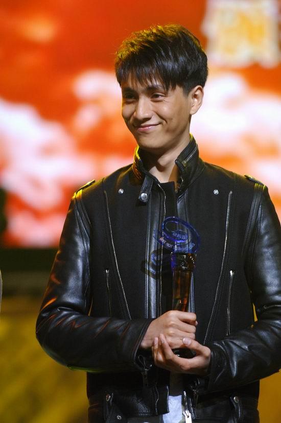 图文:陈坤手捧奖杯收获颇丰笑的好惬意