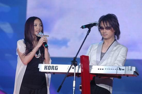 图文:飞儿乐队获最佳组合后现场自弹自唱