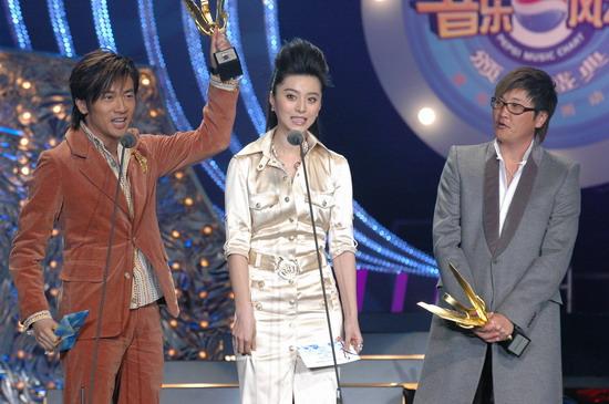 图文:苏有朋高举奖杯和范冰冰作颁奖嘉宾亮相