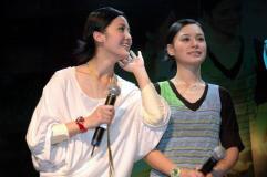 组图:Twins上海见面会与数百歌迷亲密接触