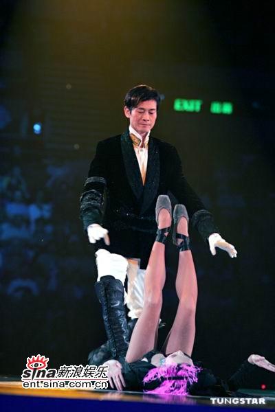 """新浪娱乐讯 2005年5月14日晚,""""郑少秋家传户晓演唱会""""曲终人散.图片"""