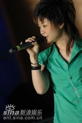 图文:胡芳芳现场演唱《你的快乐课》