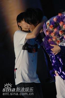 图文:林俊杰表演遭热情女歌迷强吻