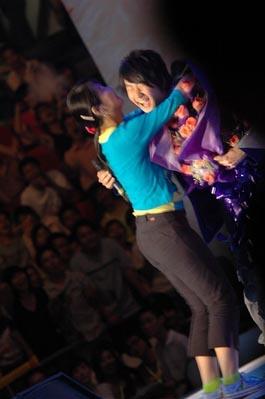 图文:林俊杰二度被热情女歌迷拥抱强吻
