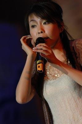图文:魏雪漫荣膺网络人气女歌手