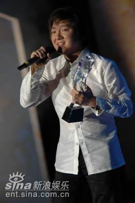 图文:杨臣刚演唱成名歌曲《老鼠爱大米》