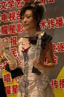 图文:陈琳荣获内地最受欢迎女歌手奖