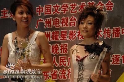 图文:梁咏琪陈琳分获香港内地最受欢迎女歌手