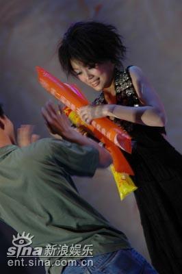 图文:容祖儿拥有众多热情歌迷