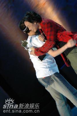 图文:陈奕迅亲切拥抱女歌迷
