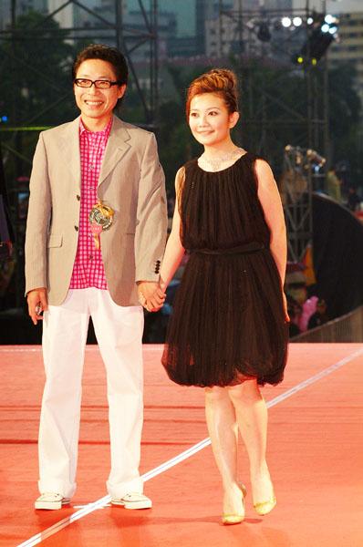 图文:台湾金曲奖梁静茹与李正帆牵手走上红地毯