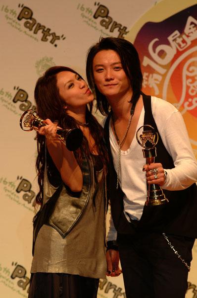 图文:F.I.R.获得最佳国语演唱新人奖后台亲密接触