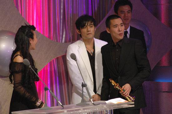 图文:黄立行领取大奖伸手感谢歌迷的支持