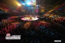 组图:伍佰演唱会引万人疯狂成功挑战四面舞台