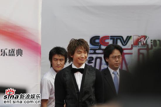 图文:小天王Rain面带微笑与大家打招呼