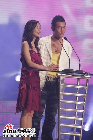 图文:黄晓明黄圣依颁发内地和台湾最具潜力奖