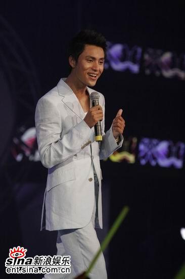 图文:陈坤着白色西装深情演唱《月半弯》