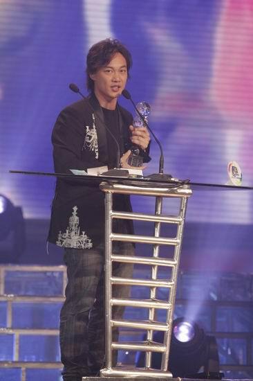 图文:香港地区年度最佳男歌手陈奕迅发表感言