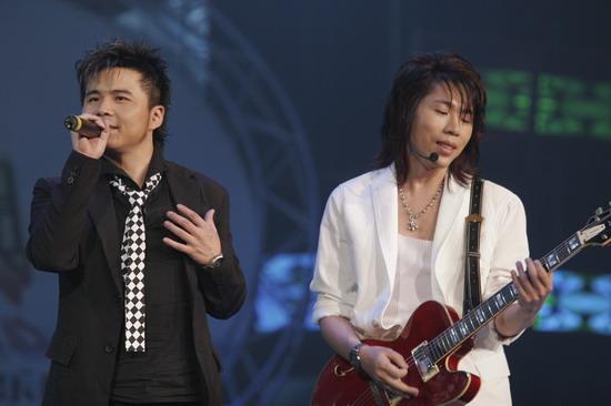 图文:水木年华在台上深情演唱打动台下观众