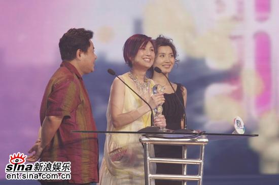 图文:杨千�蒙咸�领奖笑容光彩照人