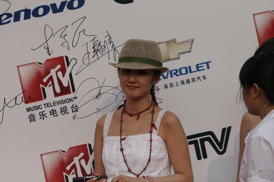 图文:张娜拉一身白色长裙尽显可爱亮相红地毯