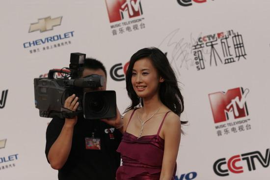 """图文:美女黄圣依待遇不同摄相机""""跟踪""""到底"""