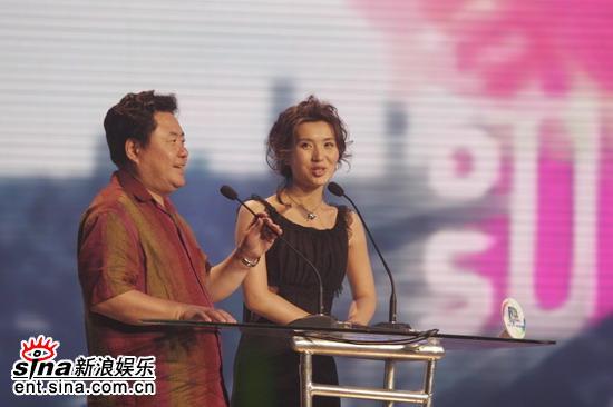 图文:陈好一身黑色礼裙作为颁奖嘉宾上台