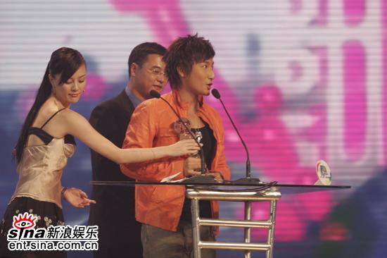 图文:刘孜为方力申颁香港地区最佳潜力歌手