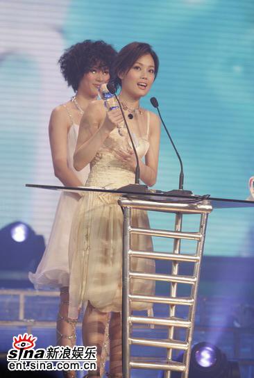 图文:容祖儿领香港地区年度最受欢迎女歌手奖