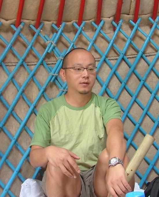 组图:内蒙古草原音乐节现场图片-窦唯在蒙古包