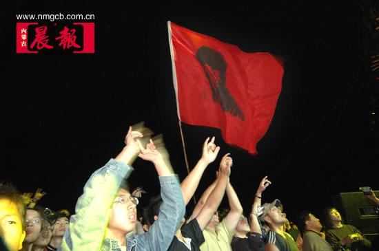 组图:草原音乐节现场狂热的崔健支持者