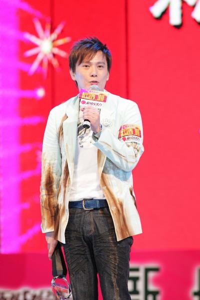 图文:张信哲成殿堂级歌手现场献唱《白月光》
