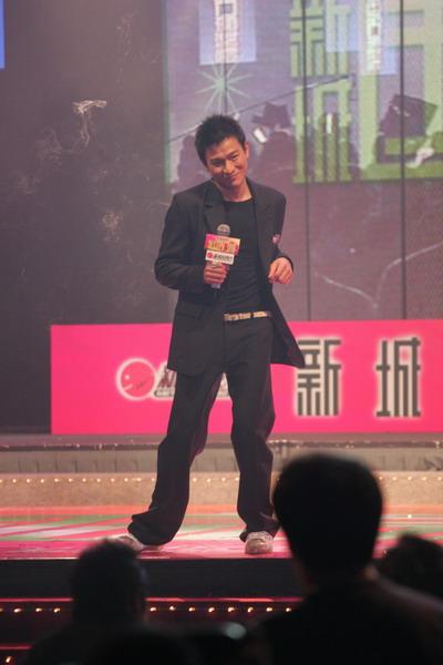 图文:刘德华现场演唱《再说一次我爱你》